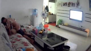 【国产】小夫妻在家中,内裤都不脱,在沙发上干了起来,被360水滴摄像头拍了下来,还差点让小孩看见。