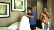 ROOM SERVICE! Empleada es seducida por huésped mientras limpiaba el cuarto